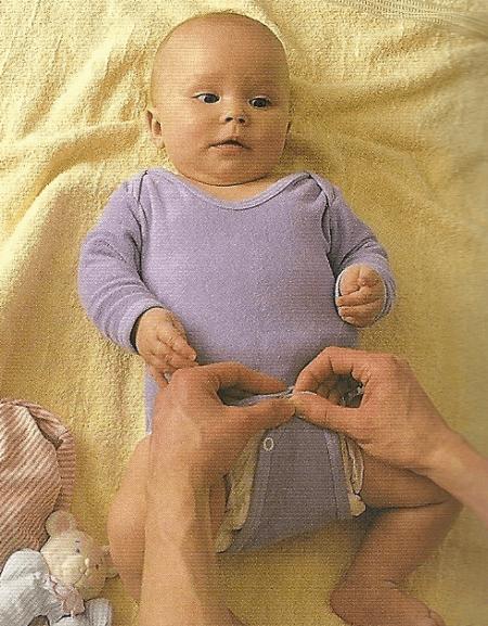 Babys behutsam an- und ausziehen. Tipps und Tricks